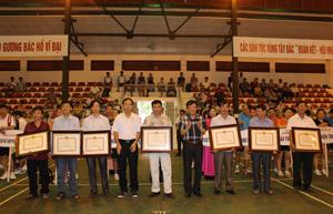 Lãnh đạo Sở VH,TT&DL tỉnh trao kỷ niệm chương Vì sự nghiệp VH,TT&DL của Bộ VH,TT&DL cho các cá nhân.