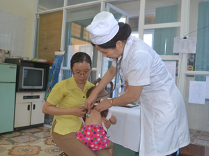 Bác sĩ Trung tâm YTDP tỉnh khám sàng lọc và tư vấn cách phòng bệnh cho người dân.