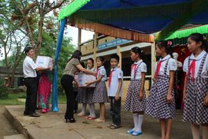 Vừa qua, Sở LD-TB&XH đã đến thăm và tặng quà cho trẻ em xã Bình Chân nhân dịp quốc tế thiếu nhi 1/6.