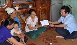 Lãnh đạo LĐLĐ tỉnh trao tiền trợ cấp đột xuất cho gia đình anh Bùi Văn Hoan (xóm Đá, Yên Phú, Lạc Sơn) bị chết do tai nạn lao động tại thành phố Hải Phòng.
