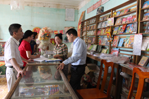 Đoàn kiểm tra của Chi cục DS/KHHGĐ kiểm tra nguồn sách tài liệu tại nhà sách nhân dân huyện Lạc Sơn.