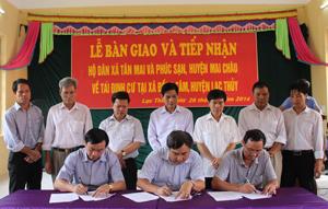 Lãnh đạo Sở NN&PTNT, huyện Mai Châu, Lạc Thuỷ, ký kết bàn giao và tiếp nhận dân.