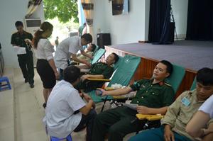 """Hưởng ứng ngày """"Hiến máu tình nguyện"""", đã có hơn 300 CBCS LLVT tỉnh tham gia."""