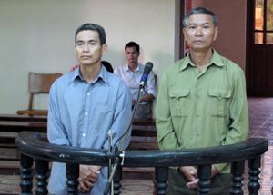 Các bị cáo Bùi Văn Phiển (áo xanh) và Bùi Văn Trường phải nhận bản án thích đáng cho hành vi phạm tội.