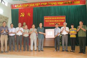 Chủ tịch UBND tỉnh Nguyễn Văn Quang thăm, tặng quà chiến khu cách mạng Cao Phong- Thạch Yên
