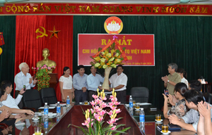 Lãnh đạo Hội Luật gia tỉnh tặng hoa chúc mừng chi hội Luật gia Ủy ban MTTQ tỉnh.