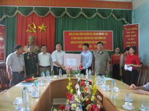 Đồng chí Trần Đăng Ninh, Phó Bí thư TT Tỉnh uỷ tặng quà Đảng bộ, chính quyền xã Ân Nghĩa.