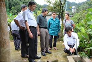 Công trình nước sinh hoạt xã Pà Cò được nghiệm thu, giám sát về chất lượng có sự chứng kiến của người dân.