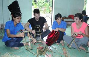 ĐV-TN phường Tân Hòa và thanh niên tình nguyện đến từ nước Canada trao đổi về ý nghĩa của đèn lồng truyền thống trong Tết Trung thu của Việt Nam.
