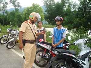 Lực lượng CSGT Công an huyện Mai Châu tăng cường tuần tra,  kiểm soát góp phần ngăn ngừa tình trạng vi phạm Luật GTĐB trên địa bàn. Ảnh: P.V
