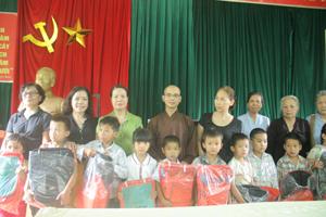 Đại diện Ban Trị sự giáo Hội Phật giáo tỉnh và các mạnh thường quân Thủ đô Hà Nội tặng quà cho học sinh nghèo trường Tiểu học Bắc Sơn (Kim Bôi).