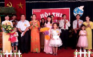 Ban tổ chức trao giải cho các đội tham dự hội thi.