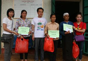 Đại diện Hội từ thiện Những Hạt Muối tặng quà 3 hộ gia đình ở xóm Um, xã Yên Thượng (Cao Phong).
