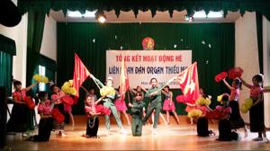Các em thiếu nhi tham gia biểu diễn tại buổi tổng kết hoạt động hè của Nhà thiếu nhi tỉnh.