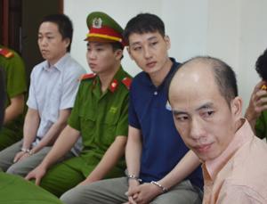 Bị cáo Ly A Thếnh (ngoài cùng bên phải) tại phiên toà.