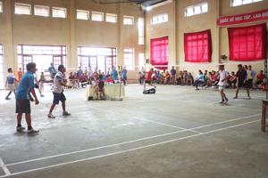Một trận thi đấu tại giải cầu lông các lứa tuổi huyện Đà Bắc năm 2015.