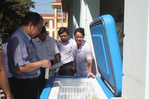 Sở y tế Hòa Bình bàn giao trang thiết bị về kiểm nghiệm, bảo quản vác xin bệnh truyền nhiễm cho trung tâm y tế dự phòng huyện Lạc Sơn.