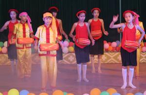 Huyện Cao Phong thường xuyên phối hợp với các ngành tổ chức nhiểu hội thi, hội diễn văn nghệ.