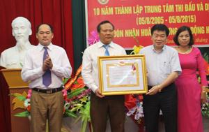Thừa uỷ quyền, đồng chí Nguyễn Văn Chương, Phó Chủ tịch UBND tỉnh trao tặng Huân chương Lao động hạng ba cho tập thể lãnh đạo TT Thi đấu và dịch vụ TDTT.