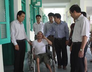 Đồng chí Bùi Văn Cửu, Phó Chủ tịch TT UBND tỉnh cùng đoàn công tác thăm hỏi bệnh nhân tại Bệnh viện YHCT tỉnh.