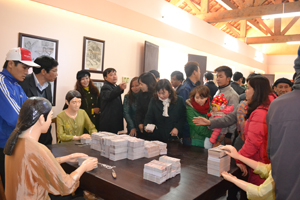 Đông đảo du khách đến tham quan khu di tích lịch sử Nhà máy in tiền tại huyện Lạc Thuỷ.