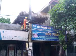 Nhân viên Công ty Điện lực thành phố xử lý sự cố chập, cháy đường dây điện hạ thế tại khu vực tổ 16 phường Chăm Mát (TPHB).