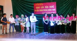 Bằng hình thức sân khấu hóa, Hội LHPN tỉnh đã phối hợp với các ban, ngành, huyện tổ chức các chương trình giao lưu, truyền thông phòng, chống TNXH tại các địa phương. (ảnh: Chương trình giao lưu truyền thông tại xã Tân Minh, huyện Đà Bắc).