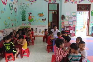 Trẻ em huyện Đà Bắc được bình đẳng trong mọi lĩnh vực giáo dục, y tế… Ảnh: Một buổi ăn trưa của trường mầm non Hòa Mai – thị trấn Đà Bắc.