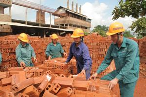 Hàng năm, công nhân Công ty CP Gạch ngói Quỳnh Lâm (TPHB) trang bị đầy đủ BHLĐ, đảm bảo công tác ATVSLĐ.