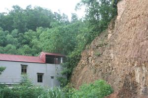 Ngôi nhà cạnh sát đồi cao tại khu vực km 2,5 trên tuyến quốc lộ 6, phường Đồng Tiến (TP Hòa Bình).