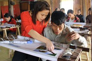 Hàng năm, Trung tâm Nhân đạo Minh Đức (Lương Sơn) đã phối hợp với Hội Bảo trợ NTT & TMC triển khai mở lớp dạy nghề, tạo việc làm sinh kế hàng trăm người khuyết tật của tỉnh.