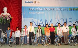 Lãnh đạo Sở LĐ,TB&XH và Bảo Việt nhân thọ Hoà Bình trao tặng xe đạp cho các em học sinh vượt khó học giỏi huyện Kim Bôi.