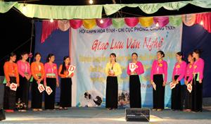 """Hai đội tham gia giao lưu trả lời kiến thức về 4 phẩm chất đạo đức Phụ nữ Việt Nam thời kỳ đẩy mạnh CNH-HĐH đất nước: """"Tự tin - Tự trọng - Trung hậu - Đảm đang""""."""