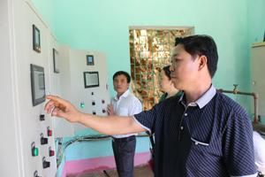 Tổ quản lý vận hành công trình cấp nước xã Chiềng Châu  (Mai Châu) quản lý tốt thiết bị, máy móc đảm bảo nước sinh hoạt cho dân cư trên địa bàn.