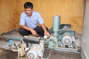 Cán bộ kỹ thuật bệnh viện đa khoa huyện Đà bắc vận hành hệ thống xử lý chất thải lỏng được đầu tư công nghệ mới đảm bảo xử lý 100% lượng chất thải, không gây nguy hại tới môi trường.
