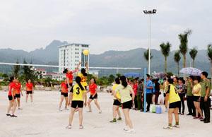 Trận thi đấu giữa chi Hội Phụ nữ phòng Kỹ thuật - Hậu cần và chi Hội Phụ nữ khối tham mưu xây dựng lực lượng.
