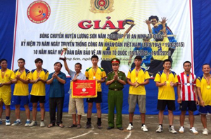 BTC trao cúp vô địch cho đội xã Lâm Sơn.