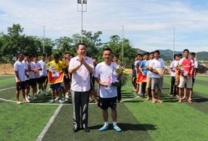 Lãnh đạo Công an tỉnh trao giải nhất cho đội bóng Công ty CP thương mại Định Nhuận.