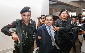 Cảnh sát áp giải Thượng nghị sĩ Hong Sokhua tới Tòa án thành phố Phnom Penh. (Ảnh: Tân Hoa xã).