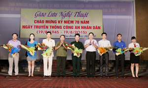 Đồng chí Bùi Văn Cửu, Phó Chủ tịch TT UBND tỉnh, Trưởng Ban tổ chức lễ kỷ niệm và lãnh đạo Công an tỉnh tặng hoa chúc mừng các đơn vị tham gia đêm giao lưu nghệ thuật.