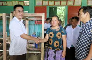 Lãnh đạo Ban Dân tộc tỉnh bàn giao Khung dệt cho các gia đình 2 xã.