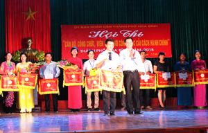 Lãnh đạo thành phố Hòa Bình trao giải nhất toàn đoàn cho đội Khối cơ quan chính quyền thành phố.