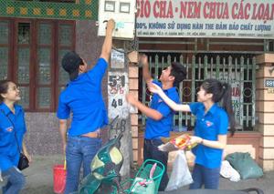 ĐV-TN thành phố Hòa Bình tham gia bóc rỡ quảng cáo trái phép trên địa bàn phường Chăm Mát.
