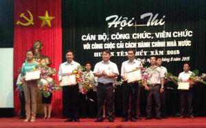 Lãnh đạo huyện trao giải cho các đội có thành tích xuất sắc.