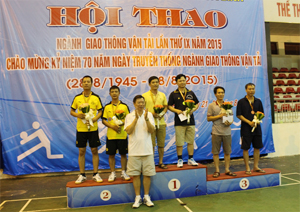 BTC trao giải cho các VĐV có thành tích thi đấu cao ở nội dung môn bóng bàn đôi nam.