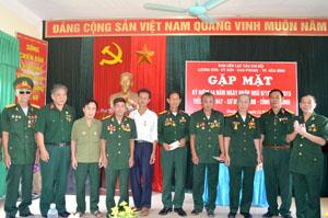 Đại diện Ban liên lạc tiểu đoàn 647, Sư đoàn 320b tỉnh Hòa Bình đã trao tặng 10 kỷ niệm chương của Sư đoàn 10, Quân đoàn 3 cho các đồng chí ở Ban liên lạc đồng ngũ tiểu đoàn 647, Sư đoàn 320b các Huyện hội.