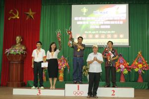 Lãnh đạo Sở LĐ-TB&XH trao giải môn tennis nội dung đôi nam nữ.