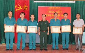 Ban CHQS huyện tặng giấy khen cho 6 tập thể có thành tích xuất sắc trong công tác huấn luyện giai đoạn 2011- 2015.