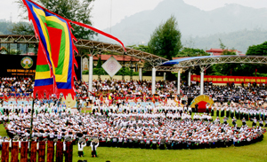 Màn trình tấu cồng chiêng với 1.400 chiếc được xác lập kỷ lục guiness Việt Nam (trình tấu tại lễ kỷ niệm 125 thành lập tỉnh Hòa Bình). Ảnh: T.L