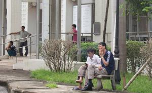 Người dân vẫn vô tư hút thuốc lá trong khuôn viên Bệnh viện Đa khoa tỉnh.